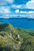 Laguna de Tota. En primer plano se observan las crestas de los cerros cuya vegetación se caracteriza por matorrales xerófilos sobre afloramientos rocosos.