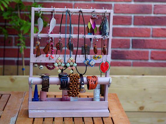 Houd uw sieraden tangled gratis en goed georganiseerd tijdens het toevoegen van een pop van kleur aan uw space! Het zal een oog springende weergeven in elke kamer, het is handig en gemakkelijk te onderhouden, goed georganiseerd en ook creëert een prachtige huis decoratie voor uw favoriete stukken van juwelen. Deze artistieke en functionele sieraden organisator kan bevatten vele paren van bungelende oorbellen, kettingen, armbanden, horloges en zelfs ringen, zoals aangegeven in de fotos. Merk…