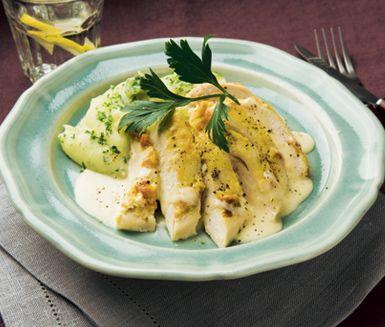 Ljuvlig ugnsbakad kyckling med smak av lagrad ost och dijonsenap i en härlig sås av grädde och kycklingfond. Till din kyckling serverar du ett grovt mos av potatis, rotselleri och hackad persilja. Smaklig måltid.