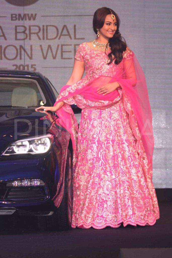 Sonakshi Sinha was recently in New Delhi to attend the BWM India Bridal Fashion Week. And she looks gorgeous and pretty in this pink bridal lehenga.
