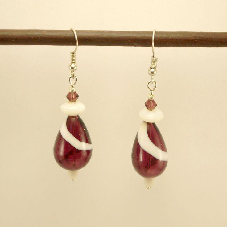 Boucles d'oreilles gouttes de verre soufflées violettes et blanches, perles en cristal Swarovski violette et perle de verre blanche : Boucles d'oreille par geb-et-nout
