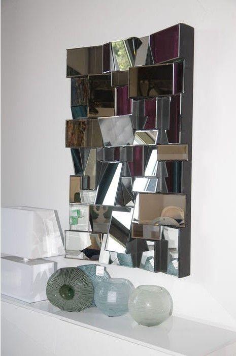 Insolite, le miroir Involuto est composé de nombreuses facettes de tailles différentes et déroutantes par l'effet qu'elles produisent.