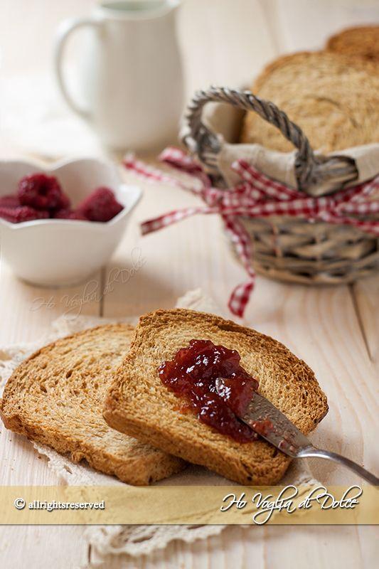 Fette biscottate integrali senza uova, latte, burro. Una ricetta facile e genuina per prepararle in casa. Fette tostate più leggere ottime per la colazione.