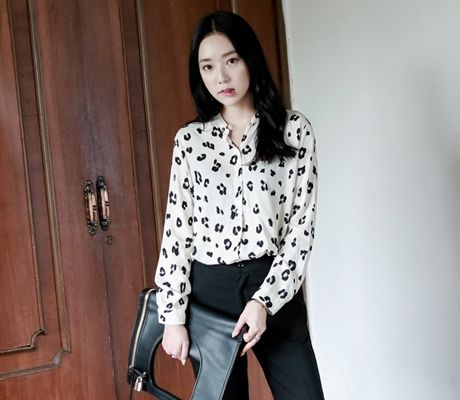 Loveliness of the female clothing shop. [Whitefox] BL of leopard  / Size : FREE / Price : 39.15 USD #korea #fashion #style #fashionshop #apperal #koreashop #ootd #whitefox #top #blouse #leopard #dailylook