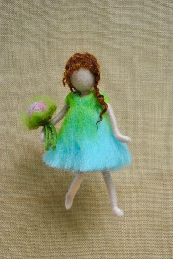 Ornamento colgante de pared de aguja fieltro muñeca: niña con flores rosas