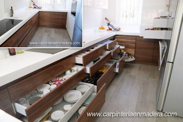 Cocina a medida, con elementos de almacenamiento diseñados para aprovechar al máximo el espacio. Diseñamos tu cocina de manera ergonómica, para que todo esté ordenado, a mano y cómodo. http://carpinteriaenmadera.com/cocinasamedida.html