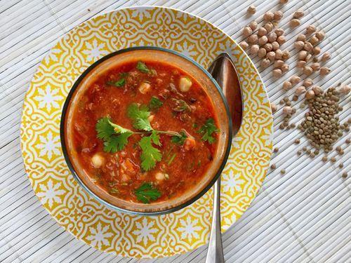 De Marokkaanse soep harira is een rijkelijk gevulde en gebonden maaltijdsoep. Trouwens, het is ook nog eens een super lowbudget recept. Iedere streek heeft zo zijn eigen variatie, zo ook mijn variatie, helemaal vegetarisch. #Harira, #soep, #lowbudget, #StartSwitchRecepten