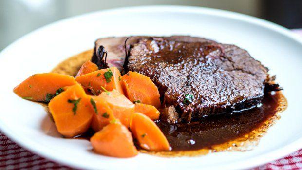 Maso, které se rozpadá na jazyku a k tomu výborná křupavá mrkev jako příloha. Ideální nedělní oběd... )