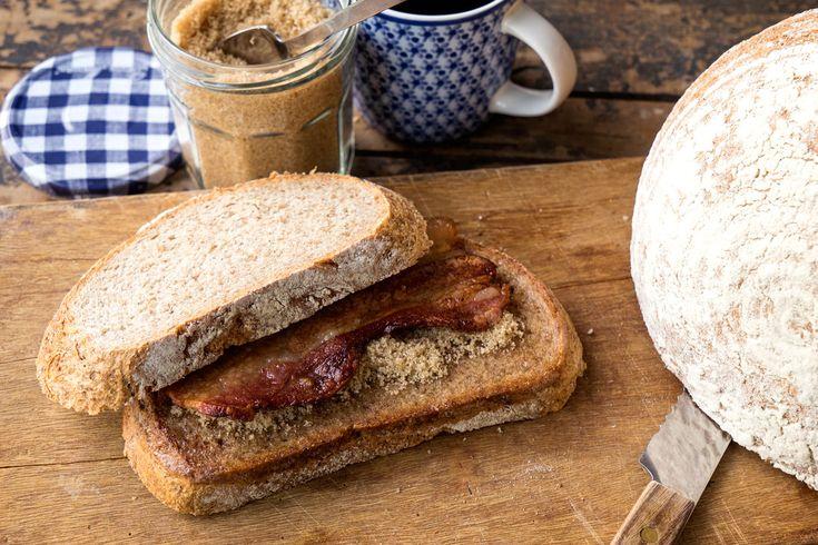 Zelfgebakken volkorenbrood met spek en bruine suiker