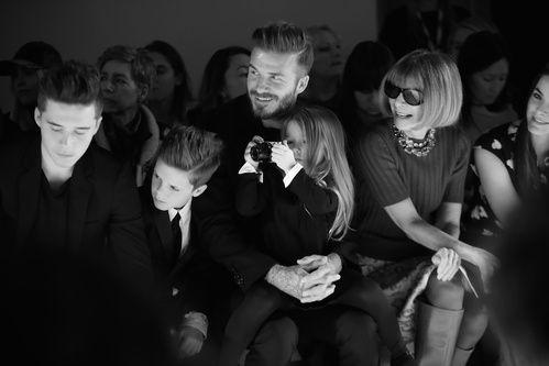 La famille Beckham et Anna Wintour au premier rang du défilé Victoria Beckham http://www.vogue.fr/mode/inspirations/diaporama/fwah2015-les-10-images-du-jour-de-la-fashion-week-automne-hiver-2015-2016-new-york/19119/carrousel#la-famille-beckham-et-anna-wintour-au-premier-rang-du-dfil-victoria-beckham