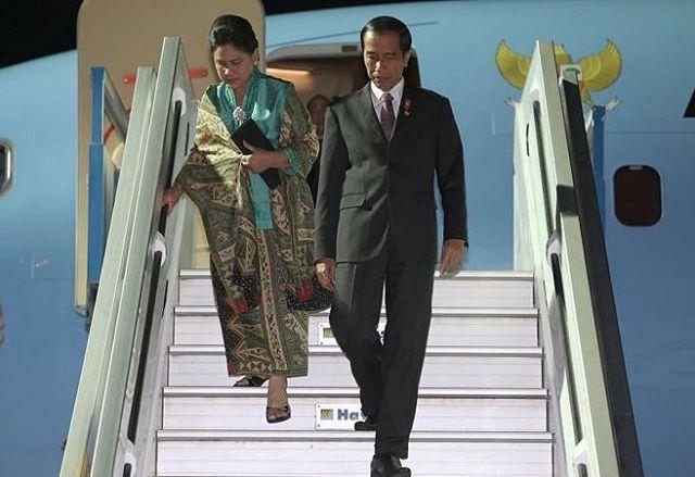 Setelah menempuh perjalanan selama 12 jam dan transit di #AbuDhabi, #UniEmiratArab (UEA) selama 2 jam, pesawat Kepresidenan Indonesia-1 yang membawa Presiden #JokoWidodo (#Jokowi) dan Ibu #IrianaJokoWidodo mendarat di #BandaraHalimPerdanakusuma Jakarta