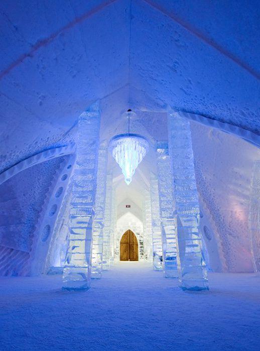 Se você gosta do desenho animado Frozen, vai se animar com essa ideia. Em Quebec, no Canadá, existe o Hotel de Glace, feito de nada mais, nada menos do que gelo. Com certeza é o hotel mais frio do país, composto por 15 mil toneladas de neve e 500 mil toneladas de gelo.