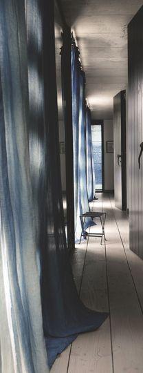 Rideaux bleus en lin. Plus de photos sur Côté Maison http://petitlien.fr/7ih4