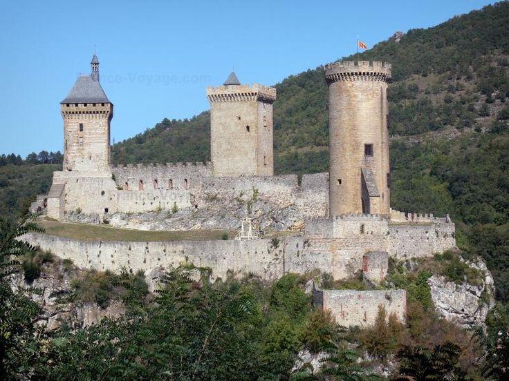 Foix: Kasteel van de Graven van Foix (middeleeuws fort, kasteel), hoog op een rots die de County Museum van de Ariège herbergt, met zijn drie torens - France-Voyage.com