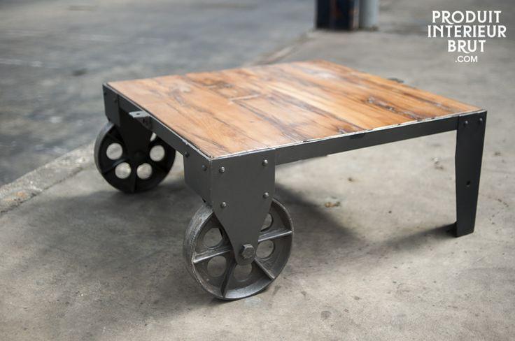 Tavolino da salotto stile carrello su rotaia. Tavolino in stile industriale. Realizzato in legno e ghisa. Effetto invecchiato.