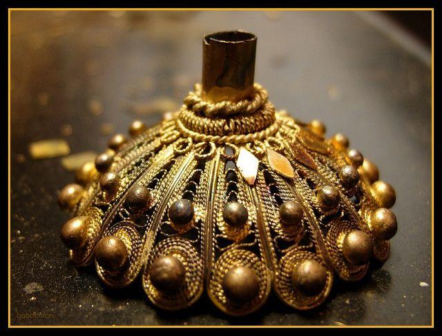 Fase della realizzazione del tradizionale bottone d'oro del costume di Ittiri. #Sardegna
