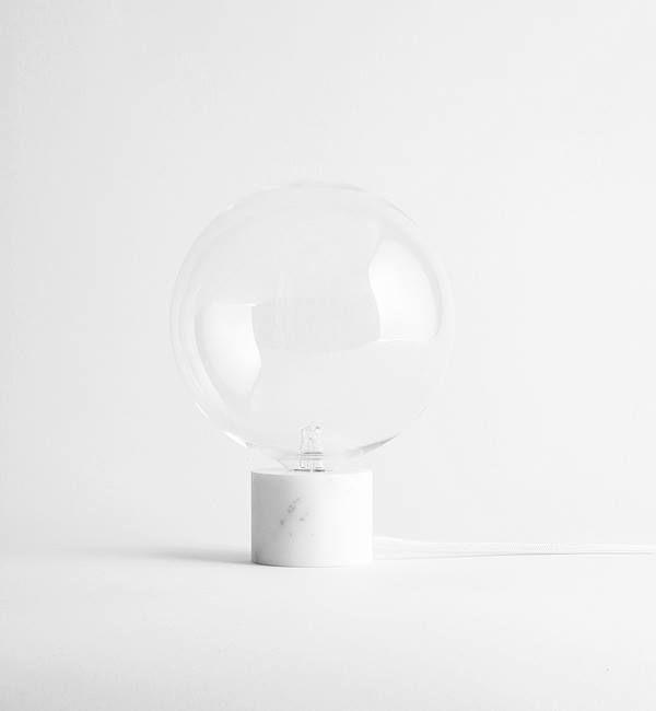Schöne Tischlampe aus großem mundgeblasenen Glaskörper mit Sockel aus feinstem Carrara-Marmor. Hier entdecken und shoppen: http://sturbock.me/GtD
