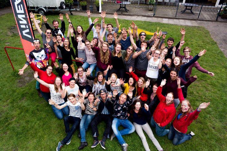 Als je op kamp gaat dan hoort daar ook een groepsfoto bij. De fotograaf staat boven op de glijbaan en vraagt om kaas ;)  www.suikerberg.nl #kamp #jeugdkamp #groepshuis #groepsverblijf