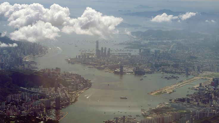 A view of Hong Kong in 2010, with the former Kai Tak airport site visible on the right. / El antiguo aeropuerto Kai Tak de Hong Kong
