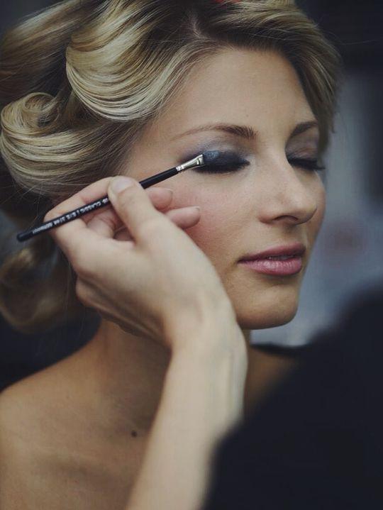 Aufgetragen wird der Eyeshadow mit unserem Applikator. Wichtig ist, dass alles soft verblendet wird! #Beauty #Backstage #Eyes #Makeup #EyeShadow #SmokeyEyes #Lashes #dark #silver #LetsCelebrateMakeup