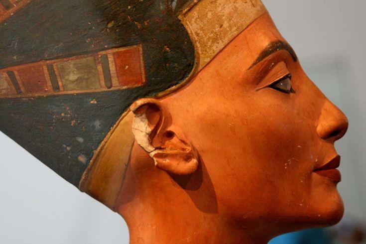 Um busto do Antigo Rainha Egípcia Nefertiti, mostrado com Kohl por aqui Olhos.