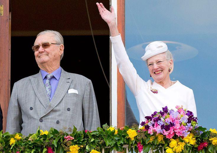 En los días previos a su cumpleaños, la reina Margarita saluda a los ciudadanos junto a su marido, el príncipe Enrique.