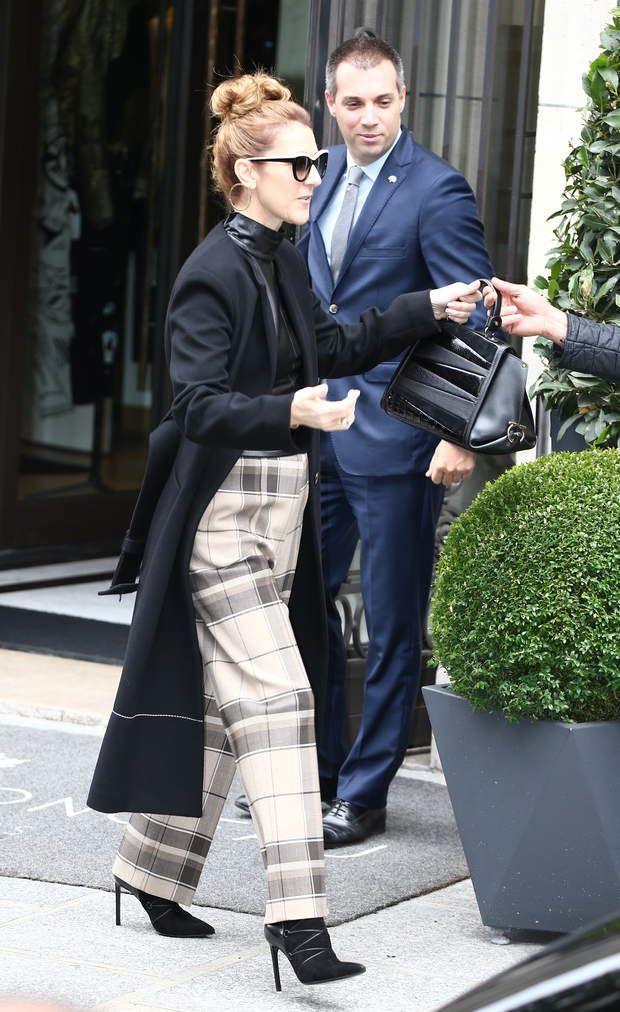 Céline Dion en pantalon à carreaux Céline Dion en pantalon à carreaux et manteau noir en quittant le Royal Monceau avant son concert à Bercy, le 3 juillet 2016.
