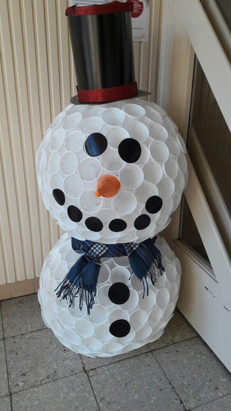 A telet köszöntve vár egy kis hóember az iskola bejáratánál.