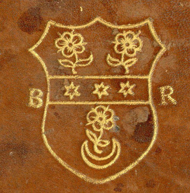 Reliure aux armes d'--- à la fasce d'--- chargée de trois molettes d'éperon d'----, accompagnée de trois roses/violettes d'---, posées 2 et 1, celle de la pointe soutenue d'un croissant montant d'. Armoiries encadrées des initiales « BR » (Saint-Omer, BA, inv. 1711)