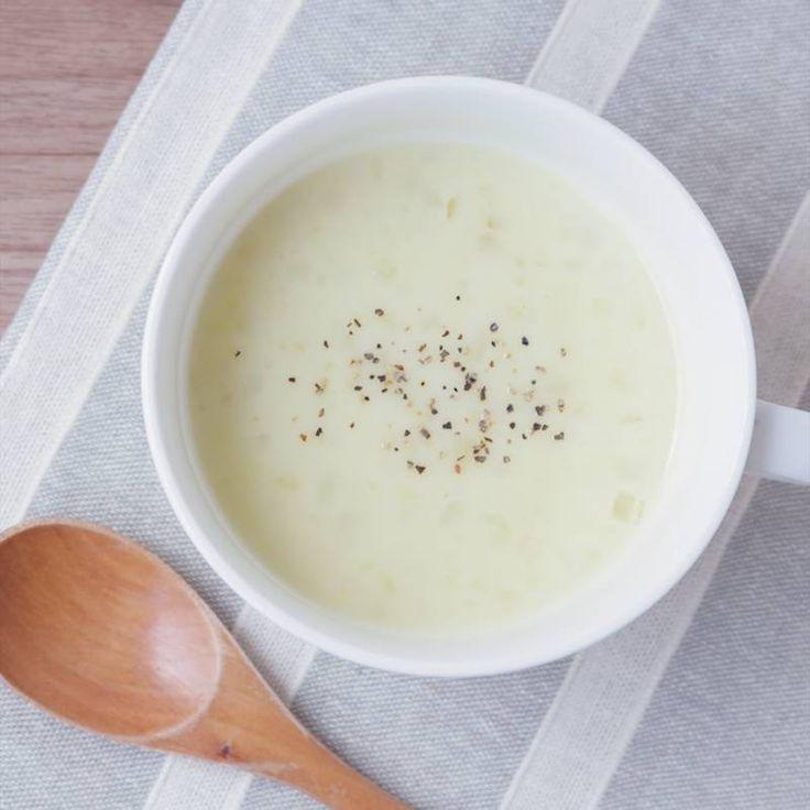 「さつまいもの簡単つぶつぶポタージュ」の作り方を簡単で分かりやすい料理動画で紹介しています。ブレンダーやミキサーがなくてもさつまいもを潰すだけで作れる簡単なポタージュスープです。つぶつぶの食感とさつまいもの甘みがやさしく、お子さんも大好きな味です。ほっと体が温まるスープですので、寒い季節にぜひ作ってみてください。