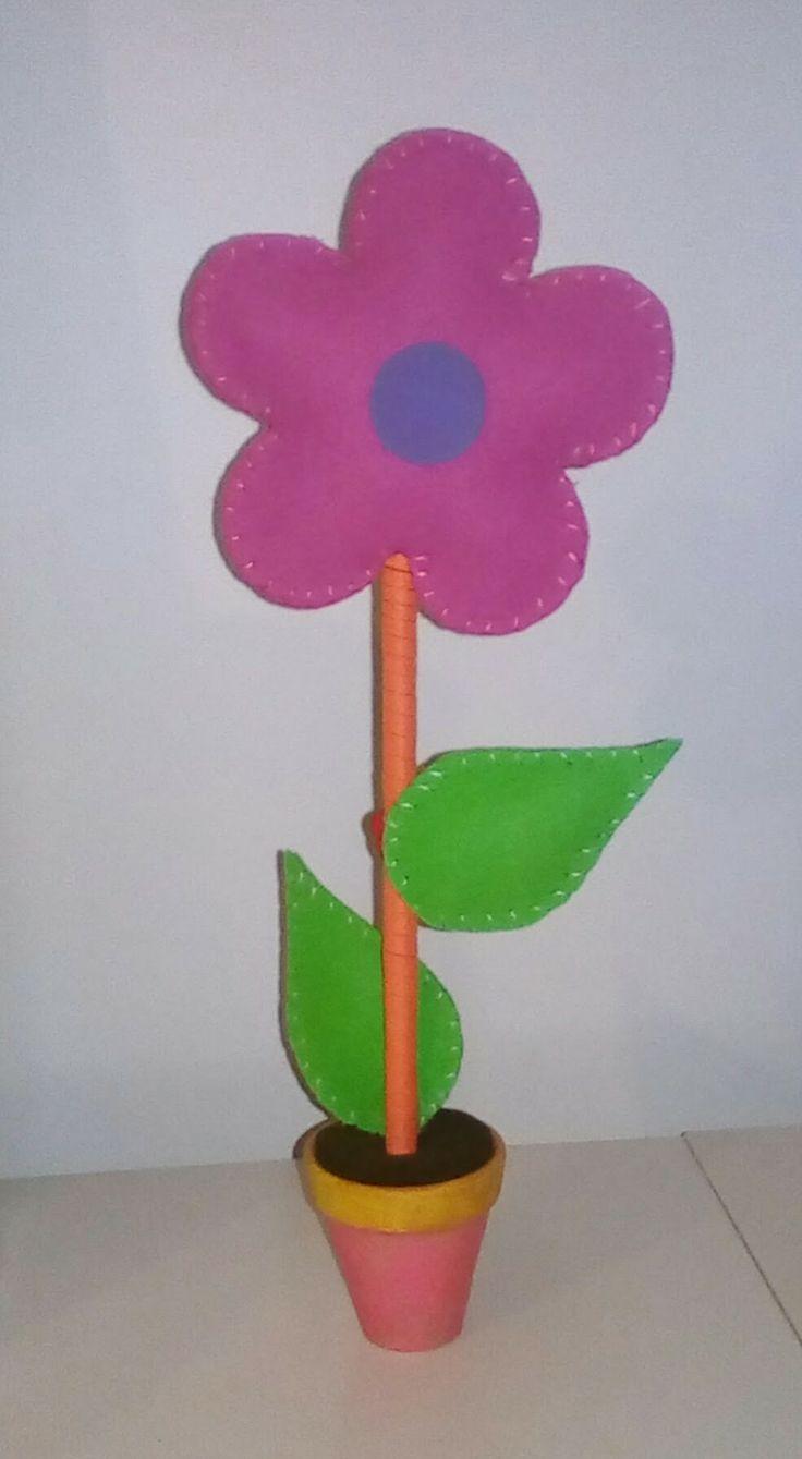 Lembranças de Aniversário - Flor no Vaso Material utilizado – Flor em Eva colocada em vaso de barro pintado à mão.