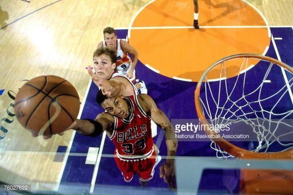 Fotografia de notícias : Scottie Pippen of the Chicago Bulls attempts a...