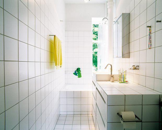 14. KLASSISK FLISESTIL. Der er ingen fare for, at dit nye badeværelse nogensinde kommer til at ligne en modedille, hvis du satser på klassiske hvide fliser. Her er stilen totalt gennemført med et opmuret flisebelagt toiletmøbel med integreret håndvask og skuffer. Superenkelt og raffineret for altid. (bolig magasinet nr. 38) - top25 - Bolig Magasinet