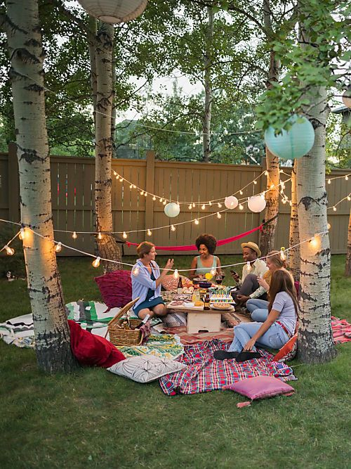 Mit zieht Lichterketten die Gemütlichkeit bei dir ein, egal ob draußen oder drinnen. Sie machen dein Picknick-Plätzchen oder deine Dinnerparty gleich viel einladender! Mehr Ideen mit Lichterketten >>
