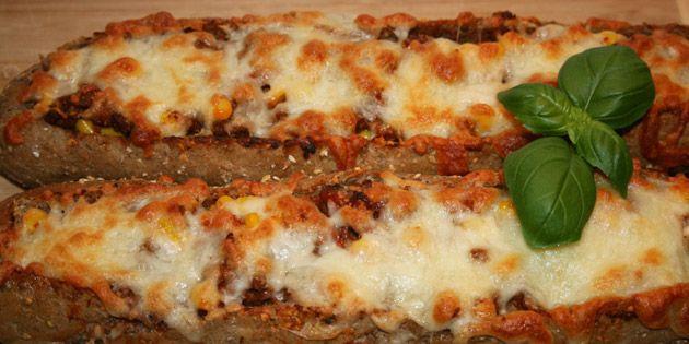 De her lækre pizzabaguettes er ufatteligt nemme at lave, og så smager det formidable fyld skønt sammen med det sprøde brød og den smeltede ost på toppen.