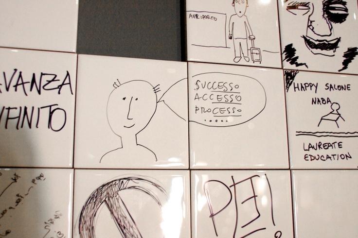 Compassi di Latta  NABA - Nuova Accademia di Belle Arti Milano  Anno: 2010  Si dice che i pensieri migliori vengano quando si è seduti in meditazione nel proprio bagno, quei momenti di solitudine in cui i pensieri viaggiano, corrono, fuggono.  Appuntare quei pensieri fugaci può essere importante, e farlo sulle piastrelle del bagno può essere divertente.