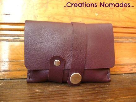 Petit porte-monnaie très sympa et original dans un très beau cuir violet bordeaux, souple et doux au toucher. Le cuir adoptera une jolie patine avec le temps. C'est un authentiq - 10080515