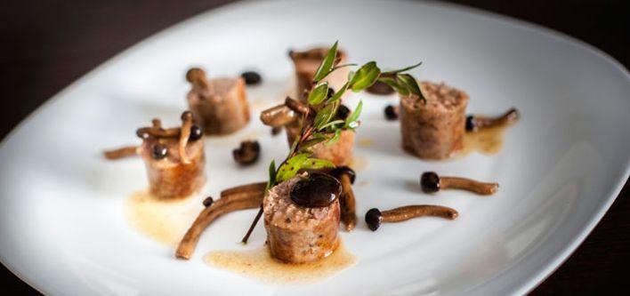 Salsicce con sugo ai funghi. Per leggere la ricetta: http://myhome.bormioliroccocasa.it/myhome/it/home/spazio-alle-idee/idee-chef/salsicce-funghi.html