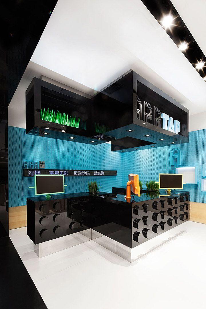 Alejandro: Interior de tienda muy moderno al estilo japones y como si se tratase de piezas de juegos como lego, y con colores bastante vivos.