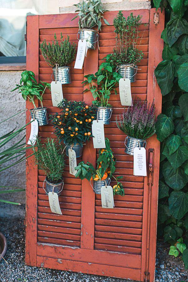 potted plant seating plan | photo by Giovanna Aprili http://weddingwonderland.it/2016/05/matrimonio-in-cascina.html