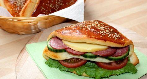 Zsebes zsömle recept: Ez a zsebes zsömle recept nagyon jól jön, ha már unjuk a sima péksüteményeket és szeretnénk valami rendhagyót tálalni a családnak. Kínálhatjuk reggelire, ebédre vagy vacsorára, de a gyerekeknek is remek tízórait csomagolhatunk belőle az iskolába. Nálunk például már hamburger is készült belőle.