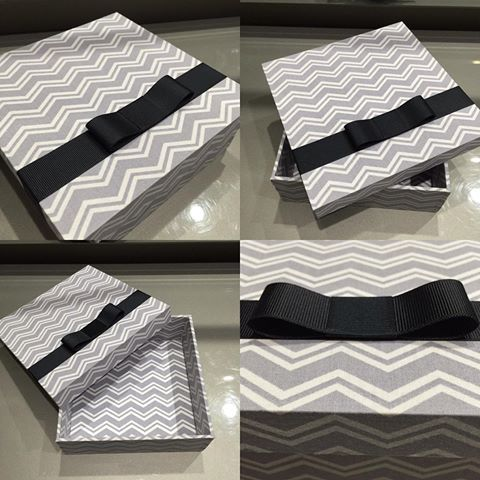 Caixa de mdf no modelo de tampa caixa de sapato toda forrada com tecido chevron cinza,e para arrematar um super laço chanel preto!! 💕 #artedemimar #lembrancasespeciais #caixasespeciais #mdfetecido #diadospais #casamento #lembrancadecasamento #maternidade #batizado