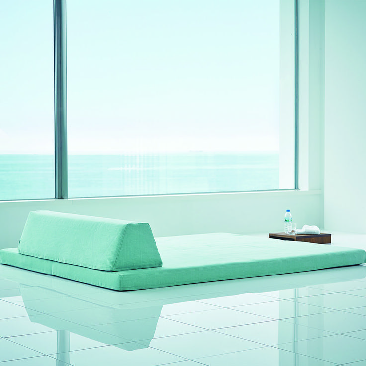 遠く見渡せる海を眺めて、フロフロでくつろぎの時間。  座面はほどよくしっかりめで、上にローテーブルを置いてもぐらつきません(写真2枚目)。床とソファの中間のような存在なので、ストレッチなどの運動もできますよ♩