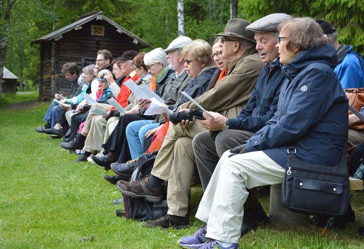 Yhteislaulut innoittivat laulamaan. Muutamiin illan kappaleisiin on varattu nuotit mukaan jaettavaksi. Oulu (Finland)
