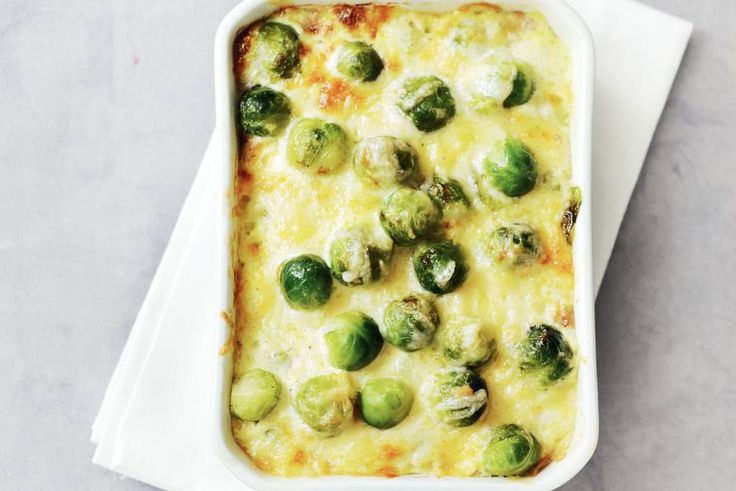 13 januari - Spruiten in de bonu - Simpel en snel bijgerecht: de groene kooltjes komen onder een goudbruin kaaslaagje uit de oven - Recept - Allerhande