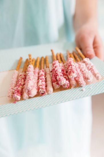 Walentynkowe patyczki w białej czekoladzie dla najbliższych! Przepis: http://www.weranda.pl/styl-zycia-new/paluszki-w-bialej-czekoladzie