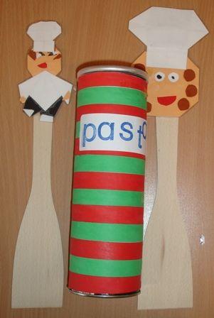 Pastabus (gemaakt van een Pringlesbus) en gepimpte spatels  Cadeau in het thema 'Komen eten'
