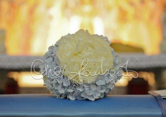 Bouquet bianco e avion per le damigelle d'onore interpreta lo stile regale di un matrimonio da sogno | Cira Lombardo Wedding Planner