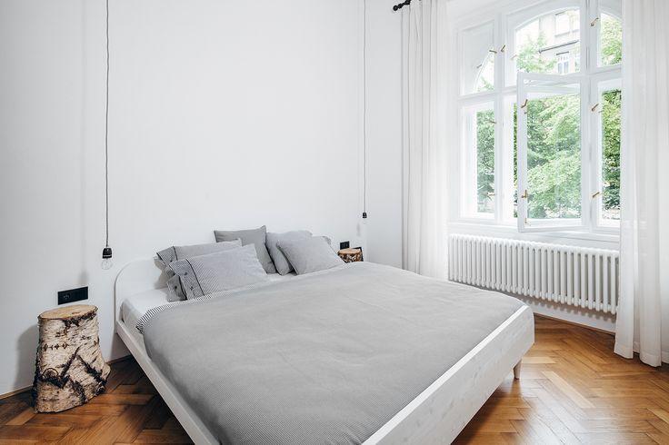Ložnice je zařízena jen postelí a dvěma netradičními nočními stolky. Poskytuje tak dostatek volného prostoru a působí vzdušně - ProŽeny.cz