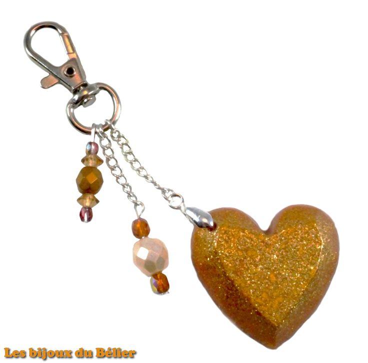 Porte clés/bijou de sac coeur doré en résine pailletée et perles de bohème en verre fait main : Porte clés par les-bijoux-du-belier